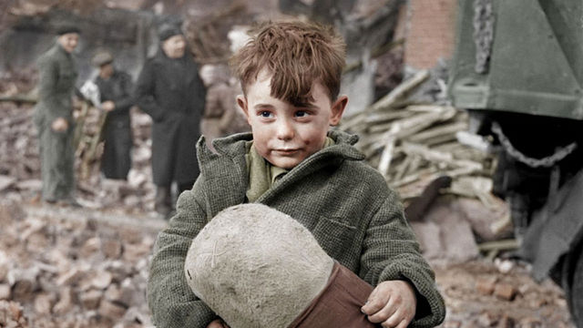 abandoned_boy_holding_stuffed_toy_london_1945_hanslucifer_35252