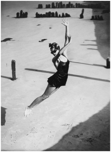 photo-norman-parkinson-jump-pamela-minchin-in-a-fortnum-and-mason-bathing-suit1939